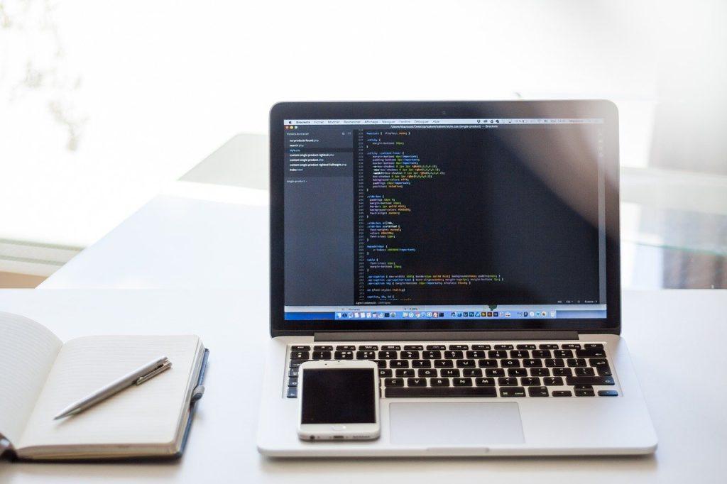 imagem de computador com códigos de inteligência artificial